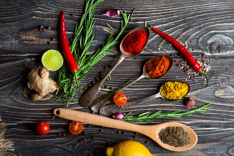 Nos meilleurs alliés pour cuisiner, les herbes et les épices