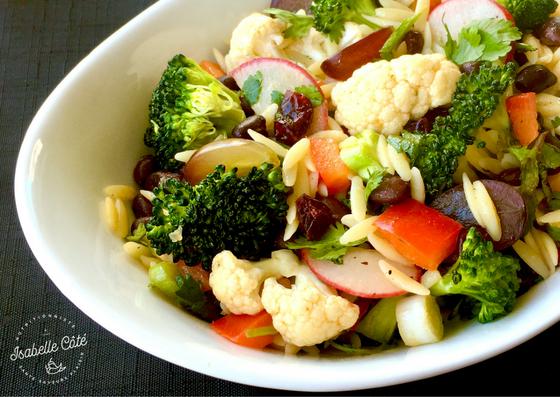 Salade de légumes croquants et haricots noirs aux herbes