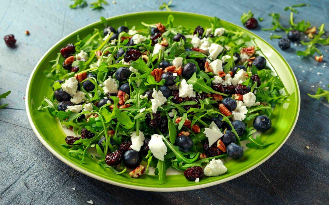 Salade tiède de chèvre, bleuets et pacanes à l'érable